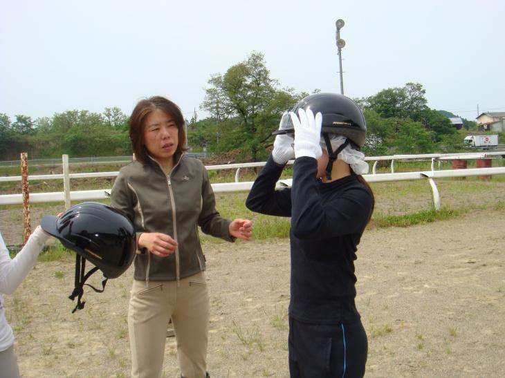会員からヘルメットの付け方を指導