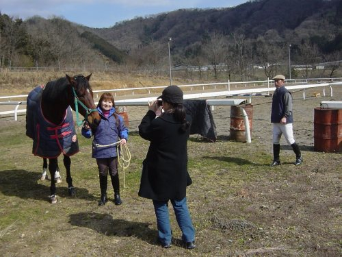 騎乗後姉が記念写真