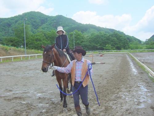久木園長さんも騎乗「わー、高いわね」