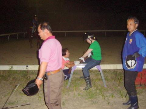 他の会員が騎乗している間に手綱の持ち方、脚の位置などを教わる