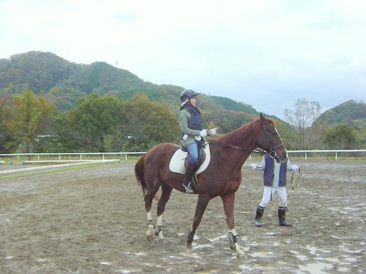 初めての乗馬で緊張気味