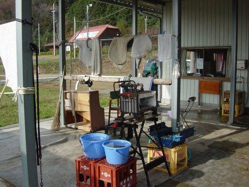 装蹄の準備、鉄を焼く炉も見える
