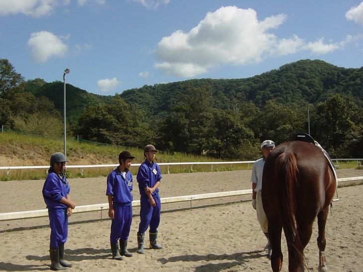 乗馬にあたり乗馬、下馬の説明を聞